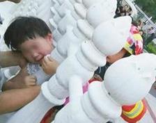 枝江一女童贪玩头卡栅栏内 消防紧急破拆救出
