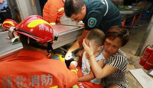 8岁男童玩耍不慎手卡传送带 孝感消防紧急救援