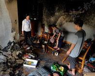没关的电扇半夜起火5人被困 整个客厅都烧没了
