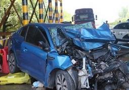 荆门一轿车司机疲劳驾驶撞上货车 车头面目全非