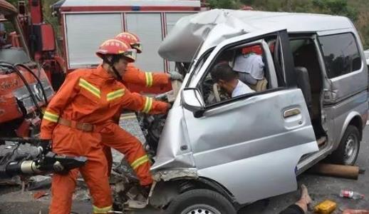 两车追尾一老人被困 十堰消防官兵成功解救