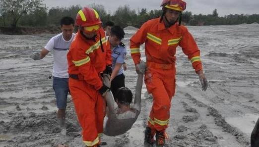 男子滑进灰池沼泽命悬一线 被民警消防救出