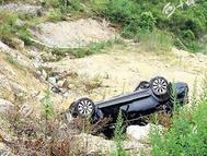 男子开车低头看手机 致新车失控掉进沟里(图)