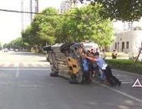 轿车因车速过快撞护栏侧翻 警民齐心救人扶车