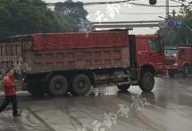 青山一辆大货车撞上电动车 女子当场不幸身亡