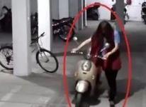 襄阳一男子扮女装去偷东西 姿态忸怩露破绽