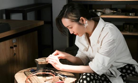 王鸥央美寄语毕业生 自曝昔日梦想是当设计师