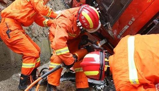 货车失控翻入建筑工地 消防破拆营救被困司机