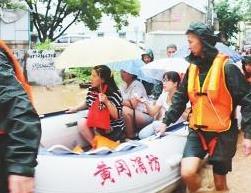 红安夜间暴雨水位暴涨 消防官兵冒雨营救50余人