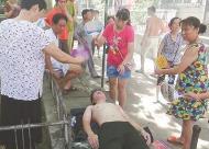 黄石消防员火场救人后中暑 居民为其摇扇降温