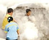 武汉一男子给车加完油准备离开 车底突然起火