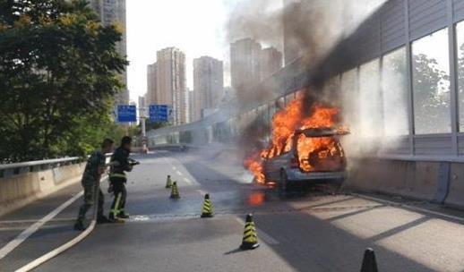 黄冈民警来汉办案偶遇车辆自燃 及时进行交通管制