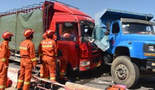 黄冈两辆货车发生车祸 致一车车身严重凹陷