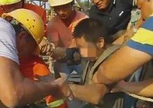 紧急!荆州一工人被困10米深井 下面还有流沙泥