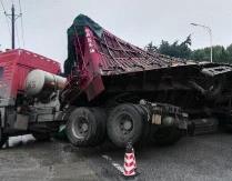 襄阳一满载碎石籽大货车侧翻 女子被埋碎石中