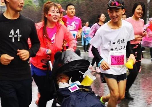 2018荆州国际马拉松开跑 2岁萌宝现身家庭亲子跑