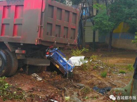 咸宁一大货车与三轮车发生碰撞 造成一死一伤