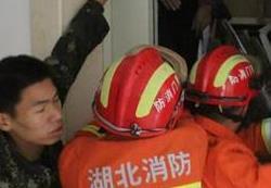 荆门一小区电梯突发故障 六旬老人被困其中