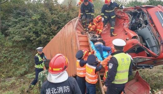 湖北一大货车在砸道转弯时冲出护栏侧翻 司机被困